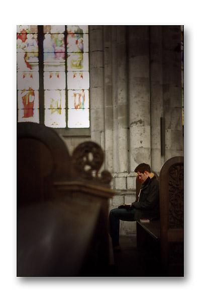 ケルン大聖堂で祈る青年